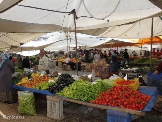 Markt van Fethiye, elke dinsdag. Groente en Fruit en luxe artikelen (zoals t-shirts, schoenen, tassen)