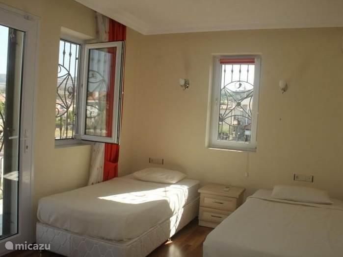 2 x 1 persoonsbed met ruim balkon