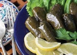 Echt lekker, dat Turkse eten. Deze dolmas zijn gevulde wijnbladeren.