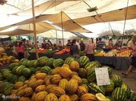 De Dinsdag markt in Fethiye waar ze naast heel veel groente en fruit ook luxe artikelen verkopen