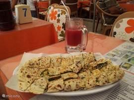 Gözleme eet je heerlijk op de markt. Een dunne pannekoek gevuld met kaas, groente en vlees. (stelt zelf samen). Daar hoort een groot glas vers vruchtensap bij (bijv. Granaatappel en sinaasappel)