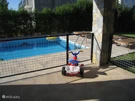 Ideaal met kleine kinderen. Wij hebben zelf kleine kinderen en je moet er niet aan denken dat ze in het zwembad kunnen vallen. Vandaar dat er een uitneembaar hek is rondom het terras en zijn er boven traphekjes. Dit geeft rust tijdens je vakantie.