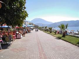 De boulevard van Calis met restaurantjes (Chinese, Turkse, Italiaanse, Franse keukens)