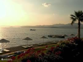 Calis Strand bij Restaurant SAT beach dat gelegen is tussen Calis en Fethiye in. Prachtig uitzicht hier met tafels boven het water. Wie weet spot u hier ook de dolfijnen, want die zwemmen hier.