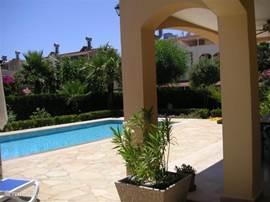 Het grote terras met gezellige plantenbakken gevuld met oleanders.