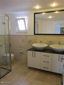 De grote badkamer boven.