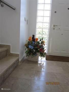 De hal beneden met zicht op de trap naar de bovenverdieping.