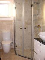 luxe badkamer met 2 wasbakken en toilet