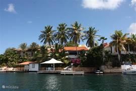 Luxe villa, direct aan het Spaanse water in de veilige en luxe wijk Jan Sofat. Veel privacy met diverse terrassen, een fraaie tropische tuin, een patio met jacuzzi en een grote steiger, waar u kunt genieten van heerlijk zwemwater en de ondergaande zon.
