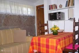 zicht op de gezellige woonkamer annex open keuken