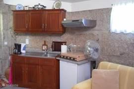 de keuken voorzien van diverse apparatuur