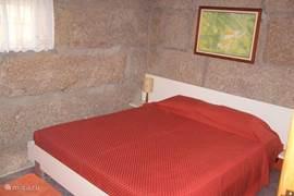 de slaapkamer met comfortabel bed en vaste kasten