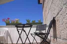zie hier het privé terras waar je heerlijk kunt verpozen