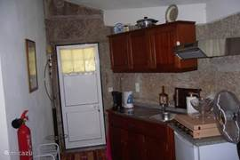 de open keuken voorzien van 4-pits gasstel en diverse appartuur
