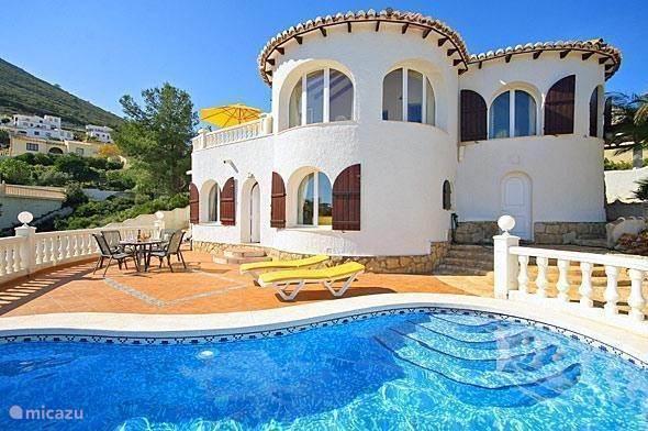 Een prachtig gelegen huis op de top van 'Cumbre del Sol'. Het huis heeft geweldig zeezicht in een rustige omgeving. Kijk vanuit het zwembad uit over de Middelandse zee met een heerlijk koud drankje. Zeer gezellige dorpen en golfbaan in de nabije omging!
