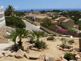 Van uit de voortuin, kunt u om het huis lopen. In de zij tuin staan de bloeiende Hibiscus en Lampenpoetsers Uitzicht Zee en Dal is vanuit hier een plaatje.