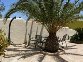 Tuin naast het zwembad, met de solar douche