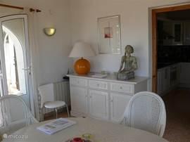 Aan het eerste terras ligt de eetkamer en de master bedroom .