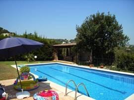 Prachtige villa in een buitenwijk van Playa d'Aro op 4 min. rijden van strand en winkels.  Ruime tuin met groot prive-zwembad. Alle denkbare apparatuur en sfeervolle inrichting.
