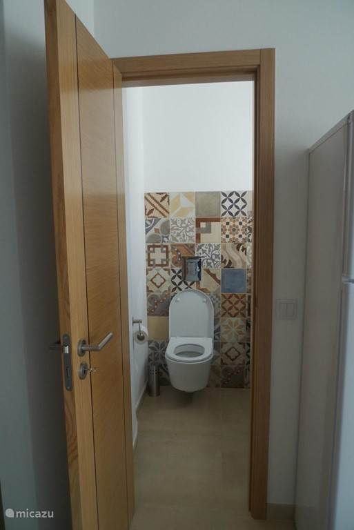 Een toilet boven en een beneden en twee badkamers, waarvan een met bad.