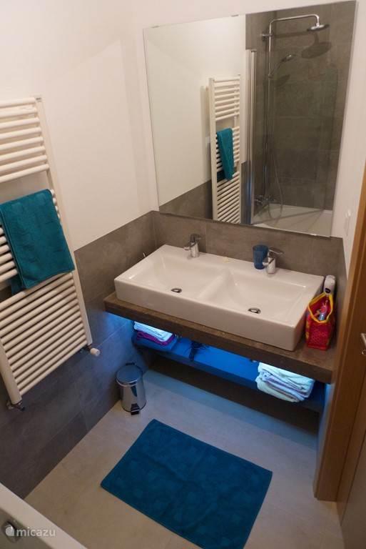 Badkamer 2 met ligbad en dubbele wastafel