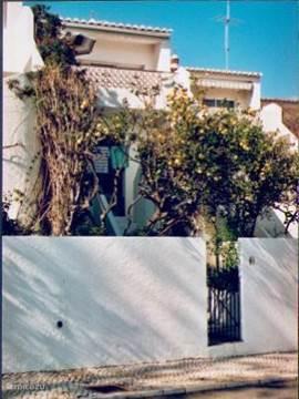 Het huis van de strandkant gezien. Dit voorjaar is het huis volledig gerenoveerd en gemeubileerd. - Boven is het terras en de woonkamer.  - Beneden koele slaapkamers met openslaande deuren naar het balkon. Op de voorgrond staat een volle citroenboom. De foto is oud. De bougainville is weggehaald.