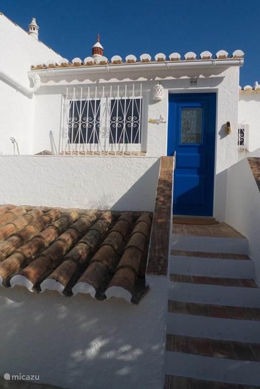 De ingang aan de voorkant bij de keuken.