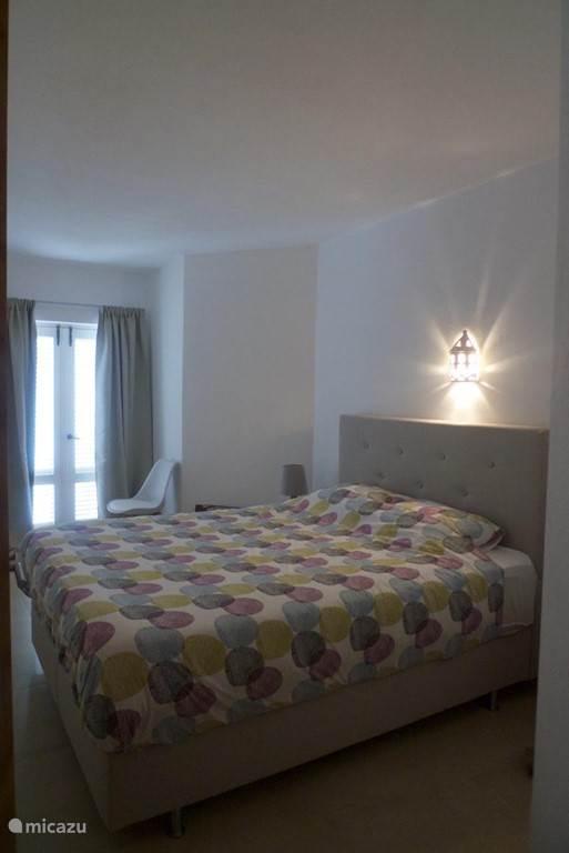Slaapkamer 3: masterbedroom aan de zeezijde met openslaande deuren naar het balkonterras beneden en de tuin. De slaapkamers liggen op de benedenverdieping wat als voordeel heeft dat ze koel blijven.