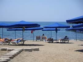 gratis bedden en parasols  aan strand