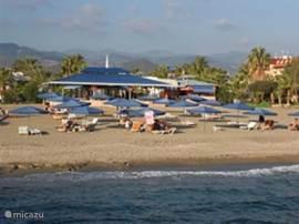 restaurant aan strand, waar je voor weinig geld heerlijk kunt eten