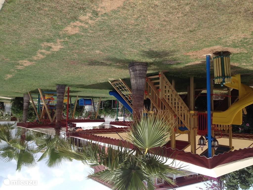 speeltuin voor kinderen bij het zwembad en strand.