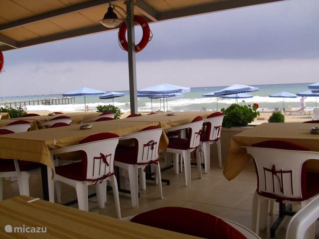 restaurant aan het strand, lage tarieven voor drank en eten.