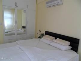grote kledingkast in slaapkamer