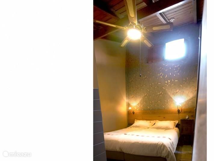 De slaapkamer met heerlijk comfortabele boxspringbedden en ventilator.