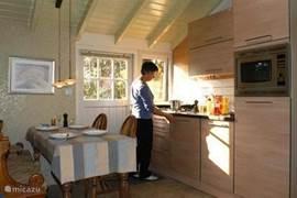 In de complete keuken met vaastwasser en combimagnetron kookt u in het middagzonnetje.