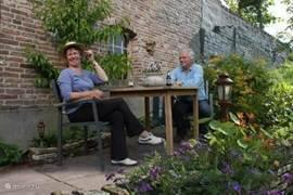 Uw tweede terras met twee zitjes bevindt zich aan de voet van de dijk en kijkt uit over de fraaie tuin van De Nieuwe Engel.