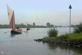 Op de vriendelijk meanderende IJssel varen vaak prachtige scheepjes!