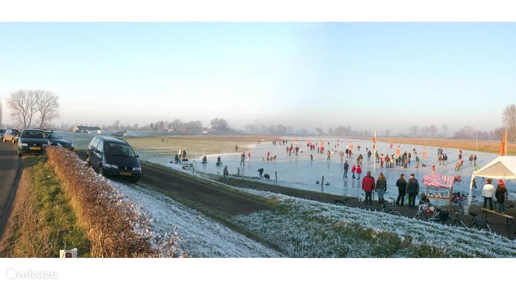 In de winter lopen de uiterwaarden soms ook onder water. Als het dan goed vriest, kunnen we hier schaatsen. Heel bijzonder zonder gevaar voor door het ijs zakken!