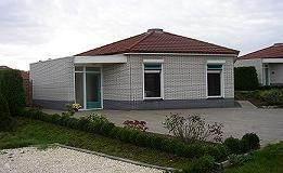 Groesbeek bij Nijmegen. LUXE moderne bungalow, comfortabel en volledig. Sfeervolle zonnige woonkamer met lichtkoepel, gezellige houthachel en schuifpui naar tuin (op zuiden met volledige privacy). INTERNET, Parkeerplaats 2 auto's. De wijn staat klaar!