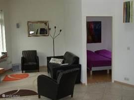 Deur naar 1 van de 2 slaapkamers (inmiddels met houten vloer)