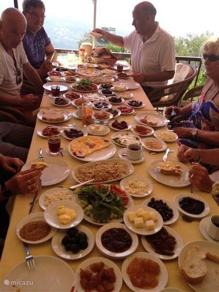 Uitgebreid ontbijten in de bergen