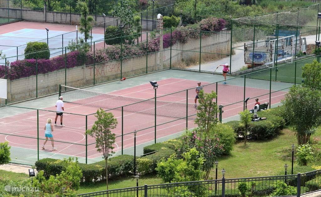 tennisbaan en voetbalveld