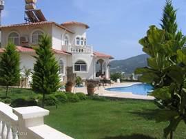 Villa Alanya ligt binnen het park van Goldcity, 12 km buiten Alanya. De zeer luxe villa beschikt over een privézwembad van 11 x 5.20 m. met kinderbad van 4 m2 en 50 cm ( on) diep.