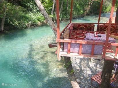 Dim-Cay rivier ( zie uitgebreide beschrijving ) Heerlijk verkoelend met de vele kleine Turkse restaurantjes waar je heerlijk kunt eten voor een klein prijsje .  Een must om naar toe te gaan