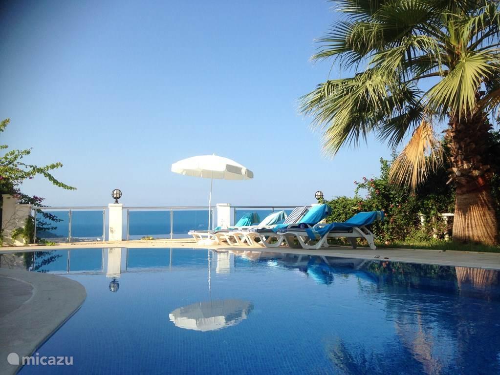 Heerlijk genieten aan uw privé zwembad met een prachtig zeezicht .