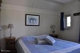 Slaapkamer beneden met 2 eenpersoons boxspring bedden.
