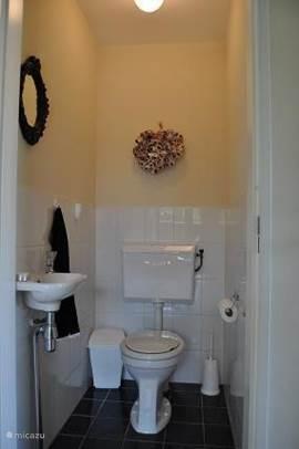 Aparte toilet beneden