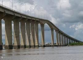 Brug over de Surinamerivier.