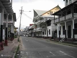 Typische houten huizen in centrum Paramaribo.