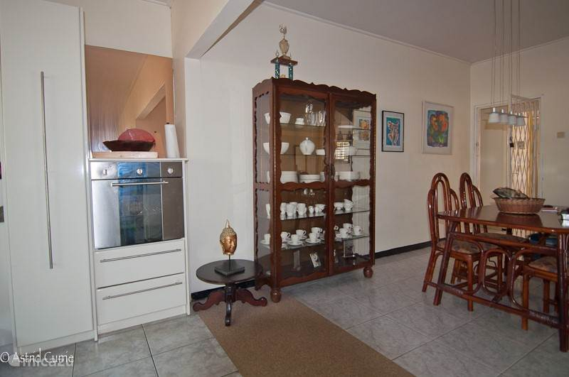 De eetkamer komt zowel uit in de woonkamer als in de keuken. Die drie vertrekken vormen samen een geheel, waardoor je geen opgesloten gevoel hebt.